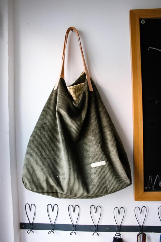 cordtasche selber naehen Naehzimmer mit Herz Stoffladen Mainz Materialset und Anleitung fertige Tasche gruen Cordstoff